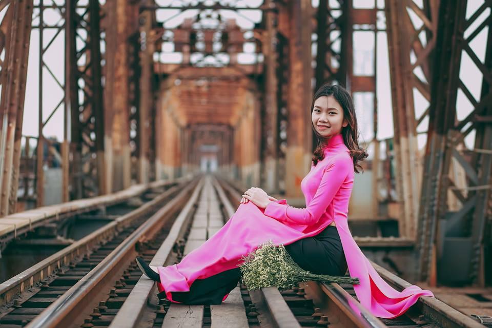 Chụp ảnh áo dài cầu long biên
